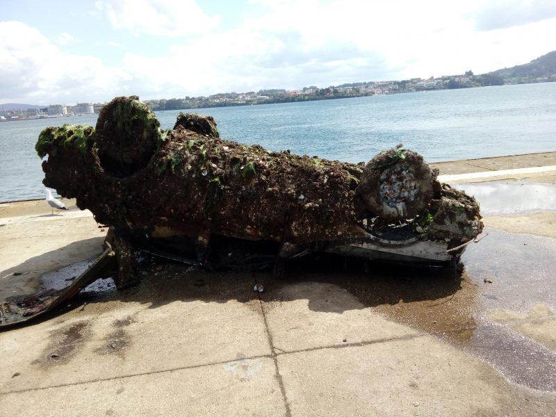 Coche retirado de los fondos marinos