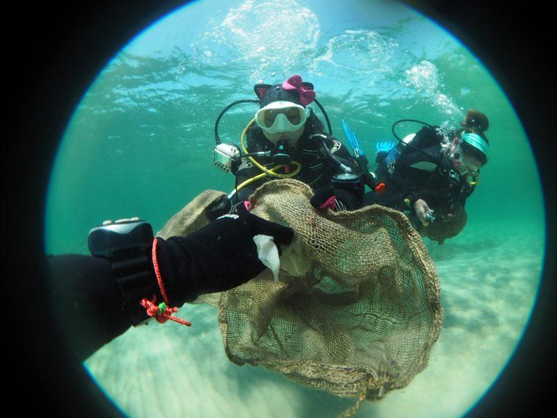 Mil buceadores retiran del mar más de 9 toneladas de residuos